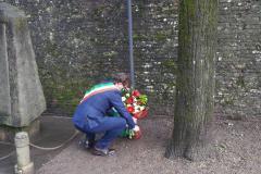 Deposizione mazzo di fiori presso la lapide posta ai giardini pubblici a Scarperia